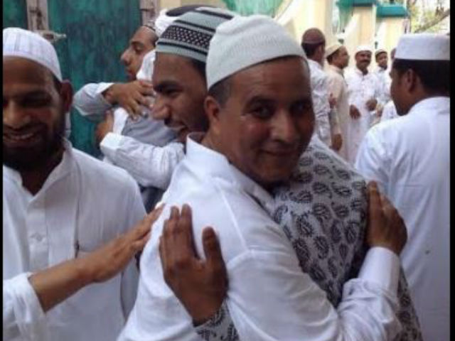 नमाज के बाद गले लगकर दी मुबारकबाद