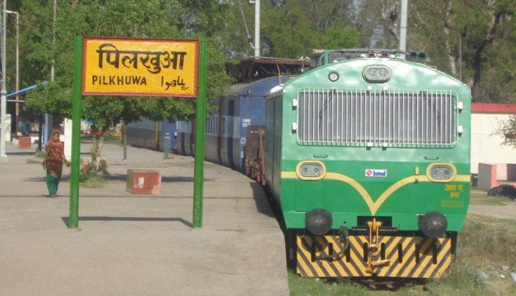 रेलवे ट्रेक पर टहलना पड़ा जानलेवा, हादसे में 6 की मौत एक गंभीर रूप से घायल