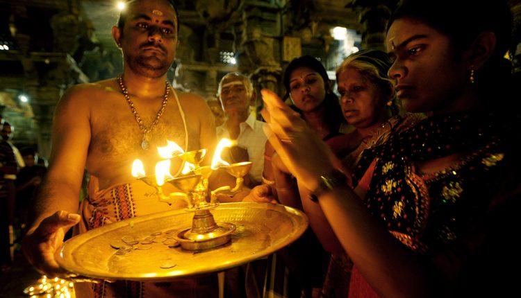 ठग्स ऑफ भारतवर्ष पर कोई क्यों नहीं बोलता?