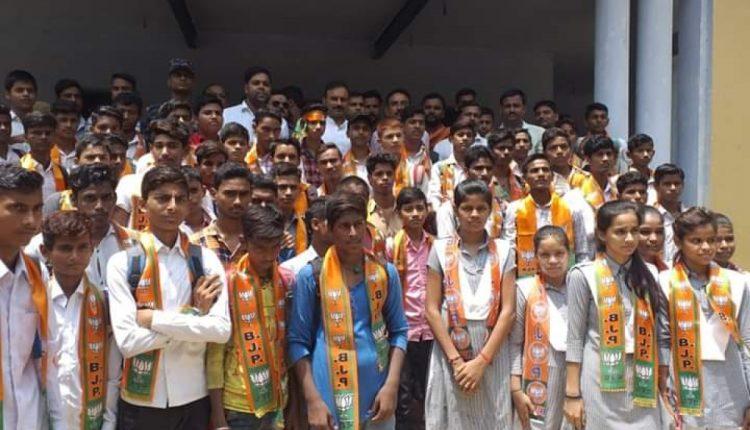बीजेपी की घिनौनी राजनीति, स्कूली छात्रों को दिला दी सदस्यता!