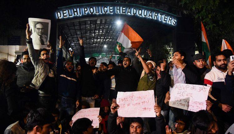 दिल्ली पुलिस का JNU पर हमले के पीछे ABVP के गुंडों को नजरअंदाज करना