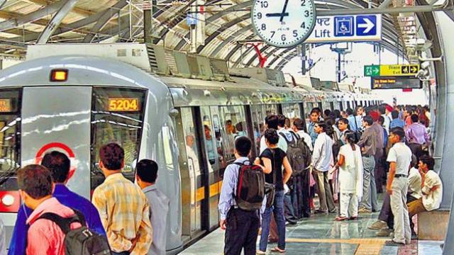देश की स्थिति काबू से बाहर, 5 मेट्रो स्टेशन बंद